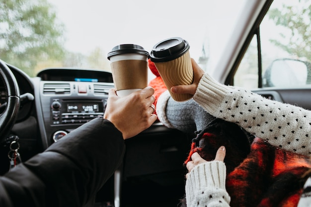Vue Arrière Couple Bénéficiant D'une Tasse De Café Ensemble Dans La Voiture Photo Premium
