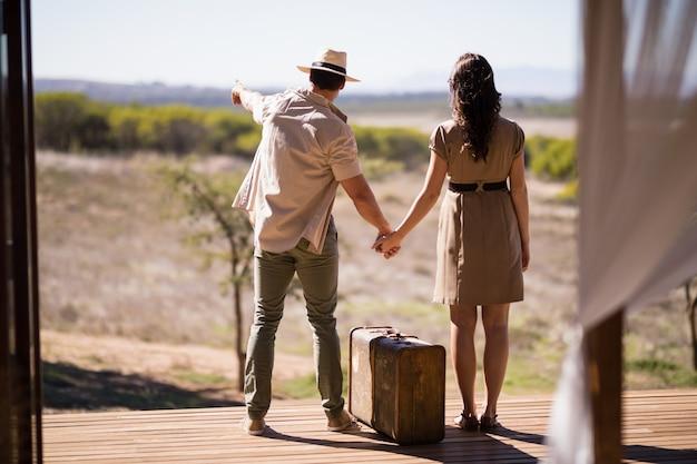 Vue arrière, de, couple, pointage, vue, ensoleillé Photo gratuit