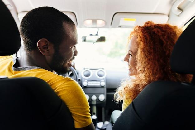 Vue arrière du couple interracial dans une voiture Photo gratuit