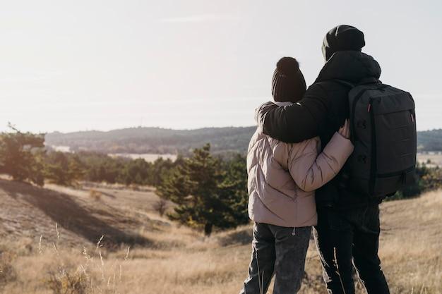 Vue Arrière Du Couple Se Tenant Photo gratuit