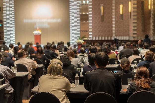 Vue arrière du public portant et écoutant des haut-parleurs via un casque d'interprétation sur la scène Photo Premium