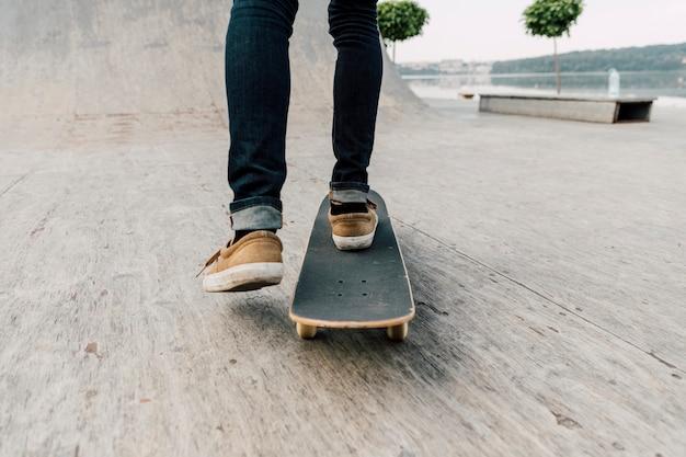 Vue arrière du skateboard homme Photo gratuit