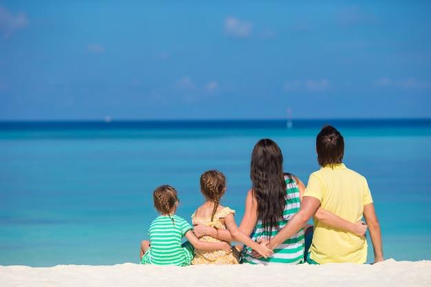 Vue arrière de la famille heureuse en vacances d'été Photo Premium