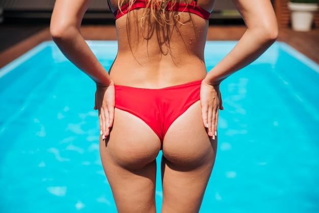 Vue arrière femme debout au soleil Photo gratuit