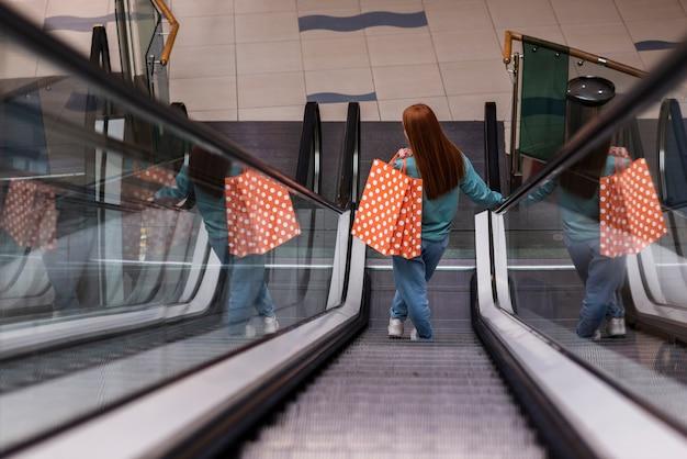 Vue Arrière, Femme, Descendre, Escalier Photo gratuit