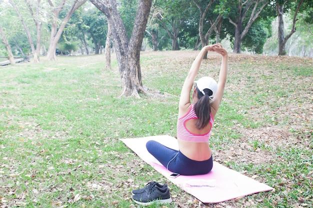Vue Arrière De La Femme Mince En Vêtements De Conditionnement Physique Exerçant Dans Le Parc, Beauté Et Santé Con Photo Premium
