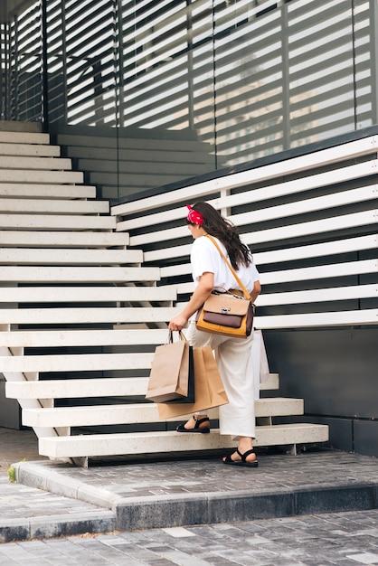 Vue arrière, femme, monter escalier Photo gratuit