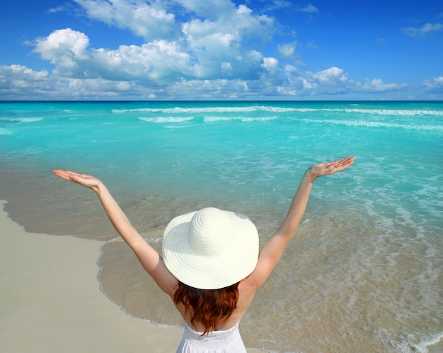 Vue arrière, femme, plage, chapeau, bras ouverts Photo Premium