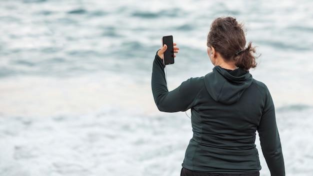 Vue Arrière, Femme, Prendre, Selfie Photo Premium