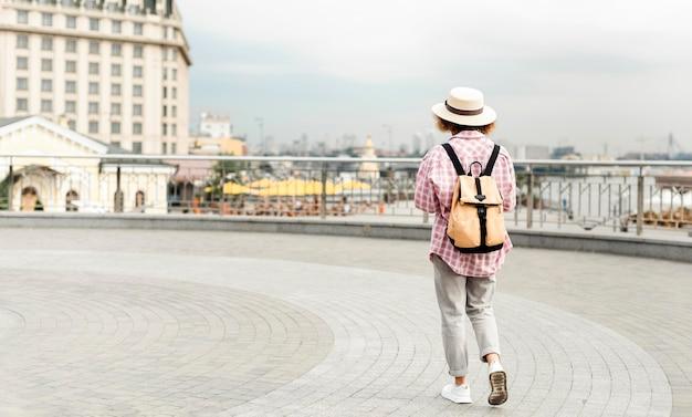 Vue Arrière Femme Voyageant Vers Un Nouvel Endroit Avec Copie Espace Photo gratuit