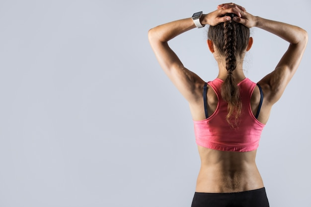 Vue arrière de la fille en forme avec corps sportif Photo gratuit