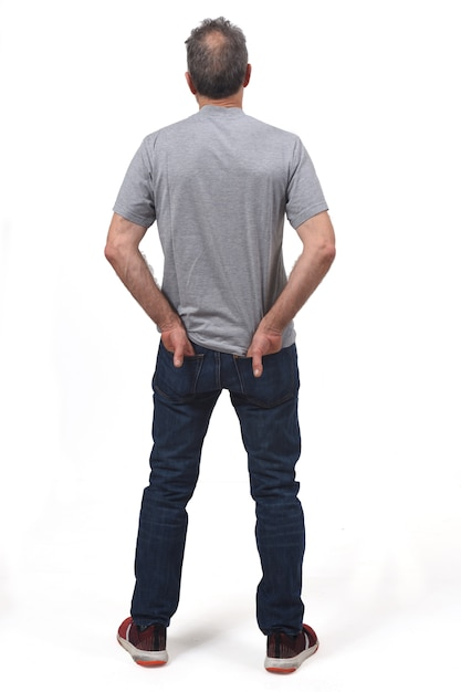 Vue arrière d'un homme les mains dans les poches Photo Premium