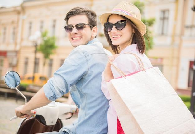 Vue arrière, de, jeune couple, équitation, scooter, ensemble Photo Premium
