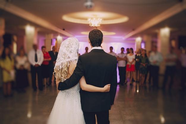 Vue Arrière De Jeunes Mariés Avec Les Antécédents Familiaux Photo gratuit