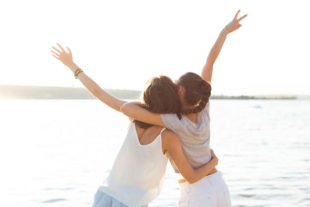 Vue Arrière Meilleurs Amis Se Tenant L'un L'autre Photo gratuit
