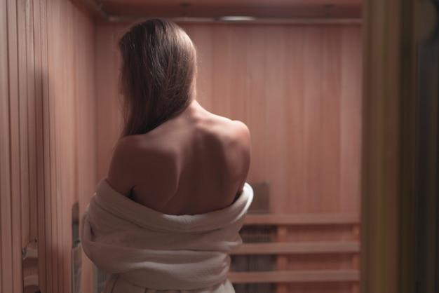 Vue arrière, de, sexy, backless, jeune femme, dans, sauna Photo gratuit