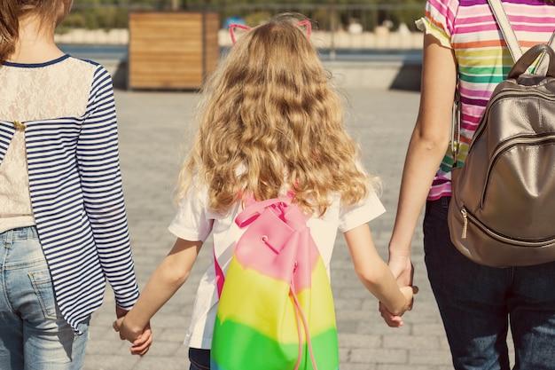 Vue arrière de trois filles Photo Premium