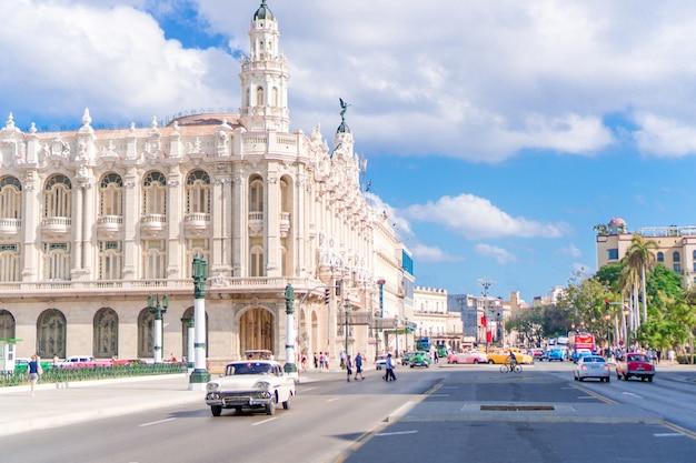 Vue Authentique Sur Une Rue De La Vieille Havane Avec Ses Vieux Bâtiments Et Ses Voitures Photo Premium