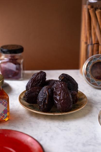 Vue Avant Brown Sweet Xurma Sweetie Oriental à L'intérieur De La Plaque Sur Le Bureau Blanc Photo gratuit