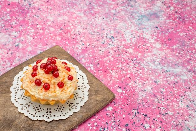 Vue Avant De Délicieux Gâteau Rond Avec Des Canneberges Rouges Fraîches Sur Le Sucre De Bureau Violet Photo gratuit