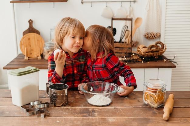 Vue Avant Des Enfants Cuisinant Ensemble à La Maison Photo gratuit