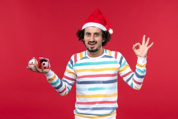 Vue Avant, Jeune Homme, Tenue, Arbre Noël, Jouets, Sur, Mur Rouge, Nouvelle Année, Rouges, Vacances Humaines Photo gratuit
