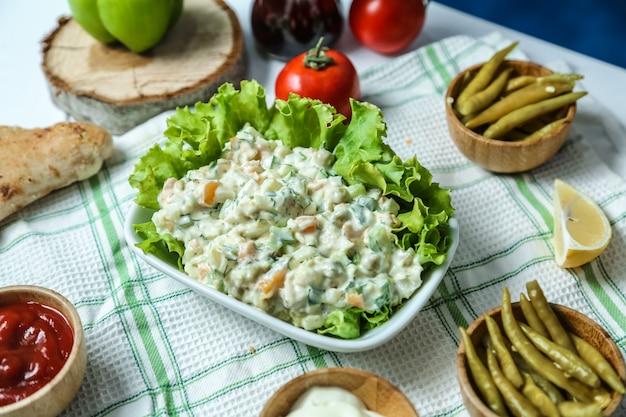 Vue Avant Salade Métropolitaine Avec Ketchup Et Mayonnaise Tomates Et Poivrons Sur La Table Photo gratuit