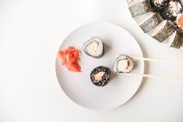 Vue baguettes dessus, sur, sushi plaque Photo gratuit