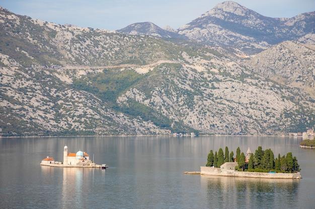 Vue Sur La Baie De Kotor Avec Deux Petites îles - île De Saint George Et île Notre-dame Des Roches à Kotor, Monténégro Photo Premium