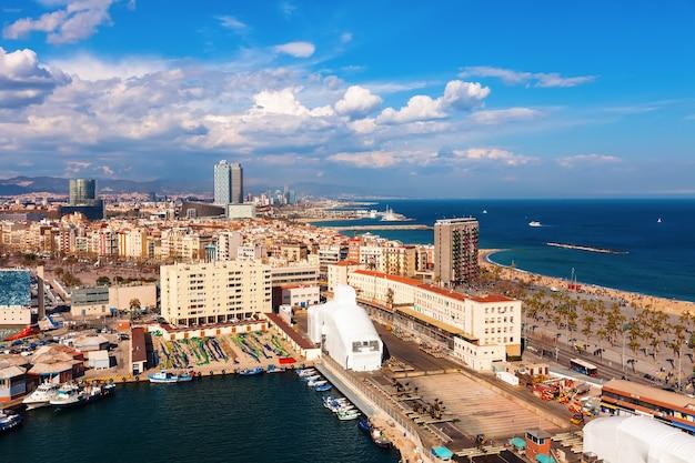 Vue de barcelone et de la méditerranée en journée ensoleillée Photo gratuit