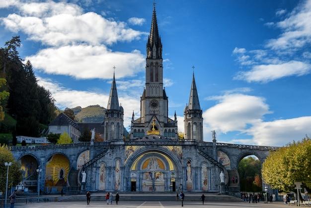 Vue de la basilique de lourdes en automne, france Photo Premium