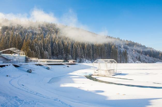 Vue Sur Les Belles Montagnes Enneigées Et La Forêt Photo gratuit