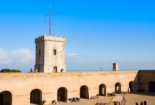 Vue de castillo de montjuic sur la montagne montjuic à barcelone, espagne Photo Premium