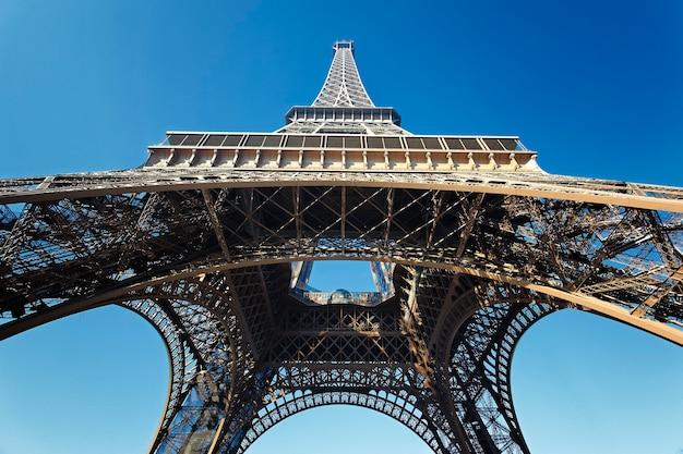 Vue De La Célèbre Tour Eiffel Avec Ciel Bleu, France Photo gratuit