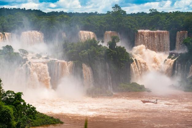 Vue des chutes d'iguazu du côté du brésil Photo Premium