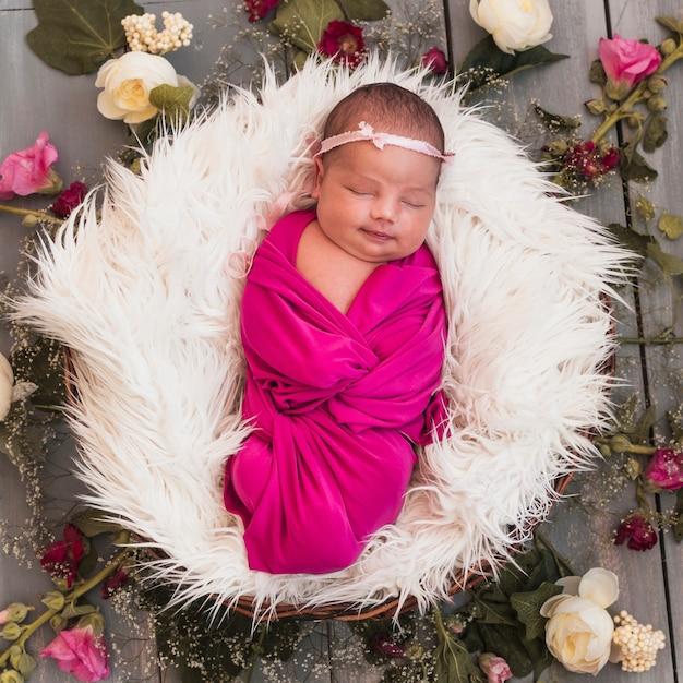 De la vue ci-dessus de minuscule bébé qui dort Photo gratuit
