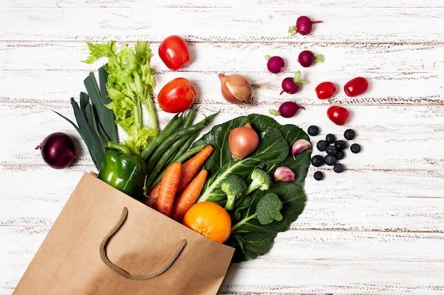 Vue ci-dessus sac de papier avec des légumes Photo gratuit