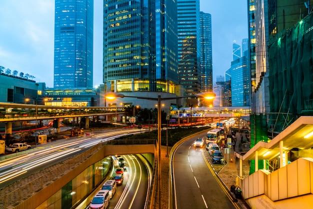 Vue de la circulation avec des immeubles de bureaux et commerciaux dans la zone centrale de hong kong. Photo Premium