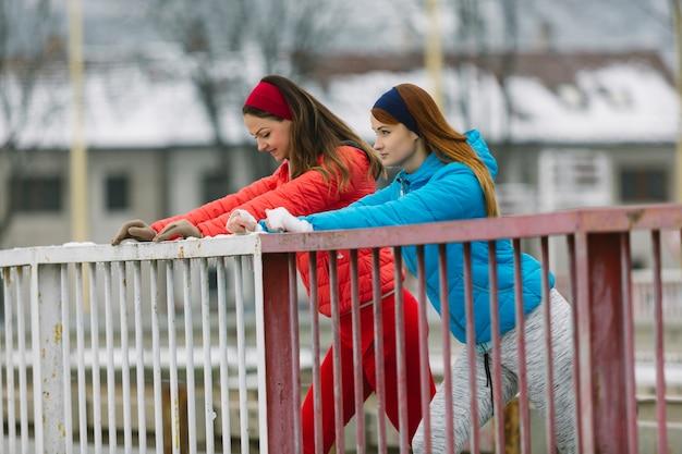 Vue côté, de, deux, jeune amie, debout, près, les, balustrade Photo gratuit