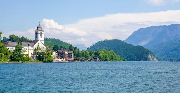 Vue de côté du lac st. wolfgang en été, autriche Photo Premium