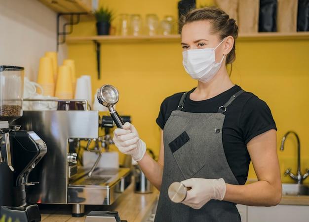 Vue Côté, De, Femme, Barista, à, Masque Médical, Préparer, Café, Pour, Machine Photo gratuit