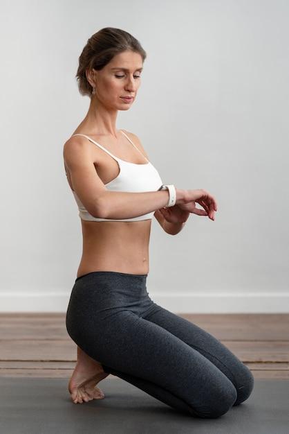 Vue Côté, De, Femme, Chez Soi, Faire, Yoga Photo Premium