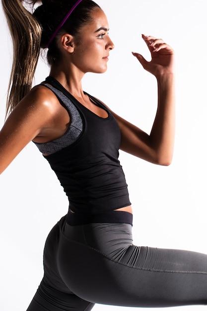 Vue côté, femme, dans, gymnase, exercisme Photo gratuit