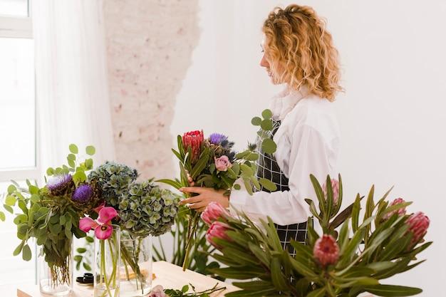 Vue Côté, Femme, Faire, A, Bouquet Photo gratuit