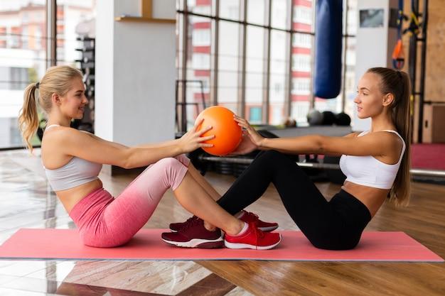 Vue côté, de, femme, formation, dans, gym Photo gratuit