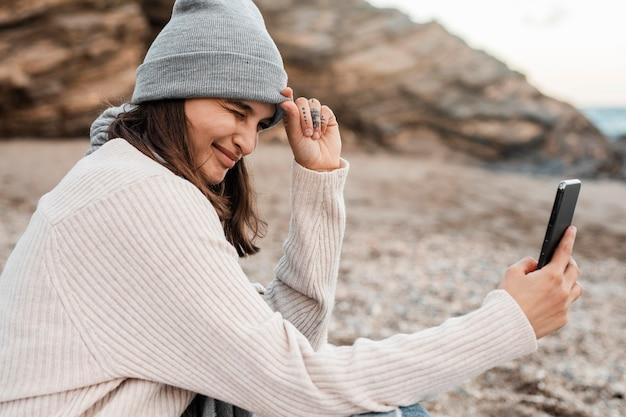 Vue Côté, De, Femme Prenant Selfie, Plage Photo Premium