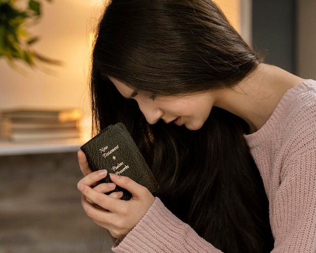 Vue Côté, De, Femme Priant, Quoique, Tenue, Bible Photo gratuit