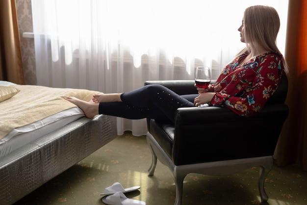 Vue Côté Fille Dans Chambre à Coucher Regarder Loin Photo gratuit