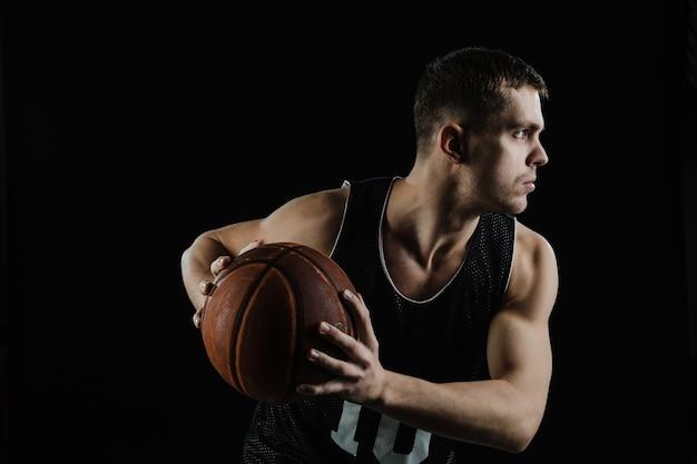 Vue de côté de la formation des joueurs de basket-ball Photo gratuit