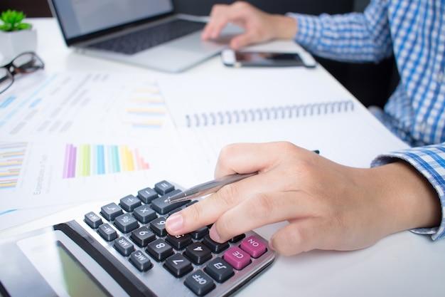 Vue côté, de, homme affaires, porter chemise, calcul, financier, depuis, écran ordinateur Photo Premium